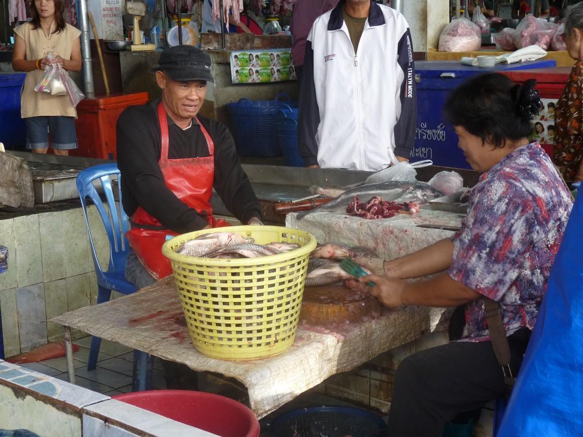 15-fishmonger-phayao-night-market.JPG