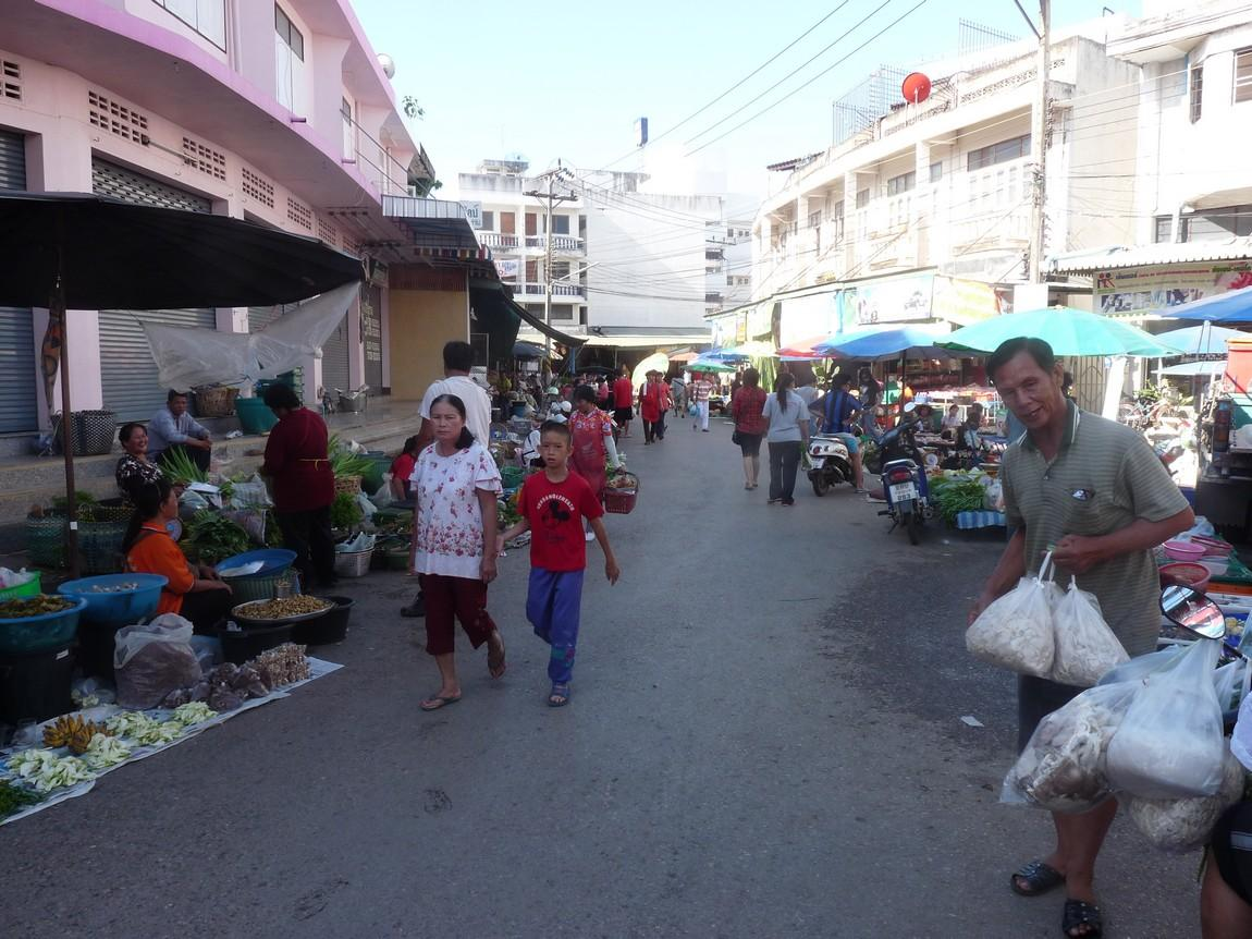 16-vegetables-phayao-night-market.JPG