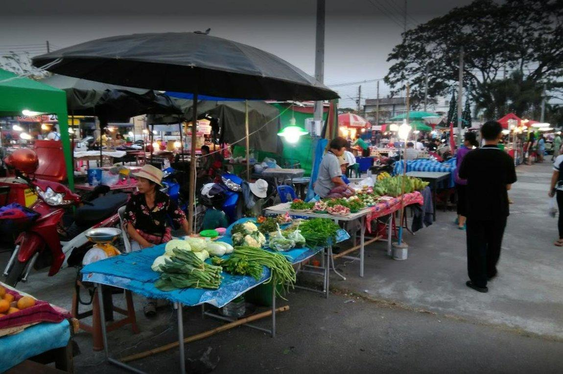 1d-vendors-food-night-market.