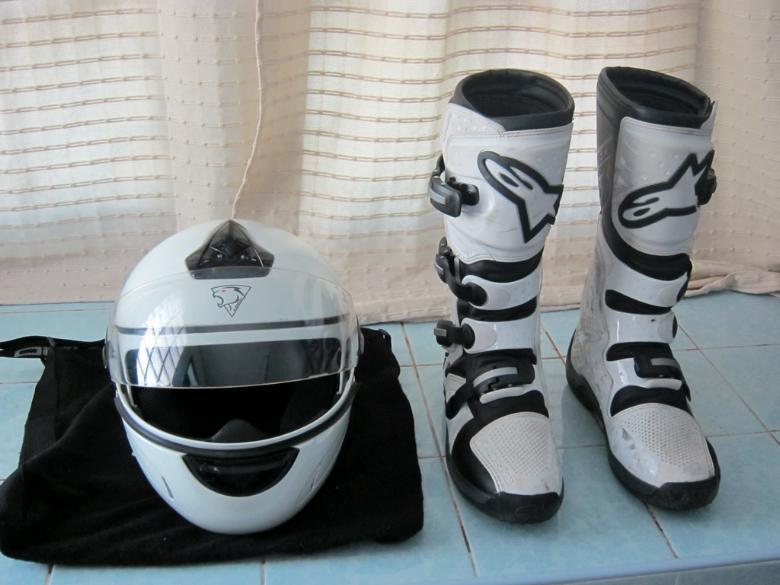 264362=580-Helmet_Boots.