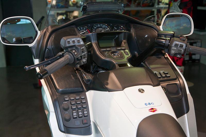 279065=10627-Goldwing-Cockpit-1-L.