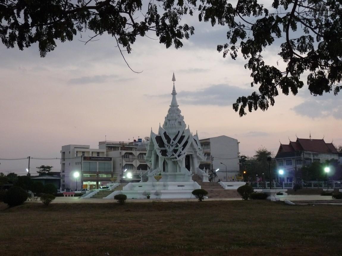 3-temple-phayao-night-market.JPG