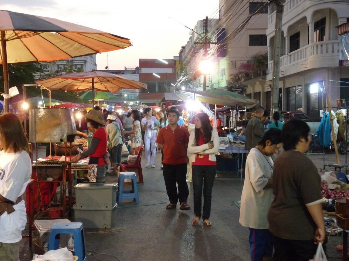 4-stalls-phayao-night-market.JPG
