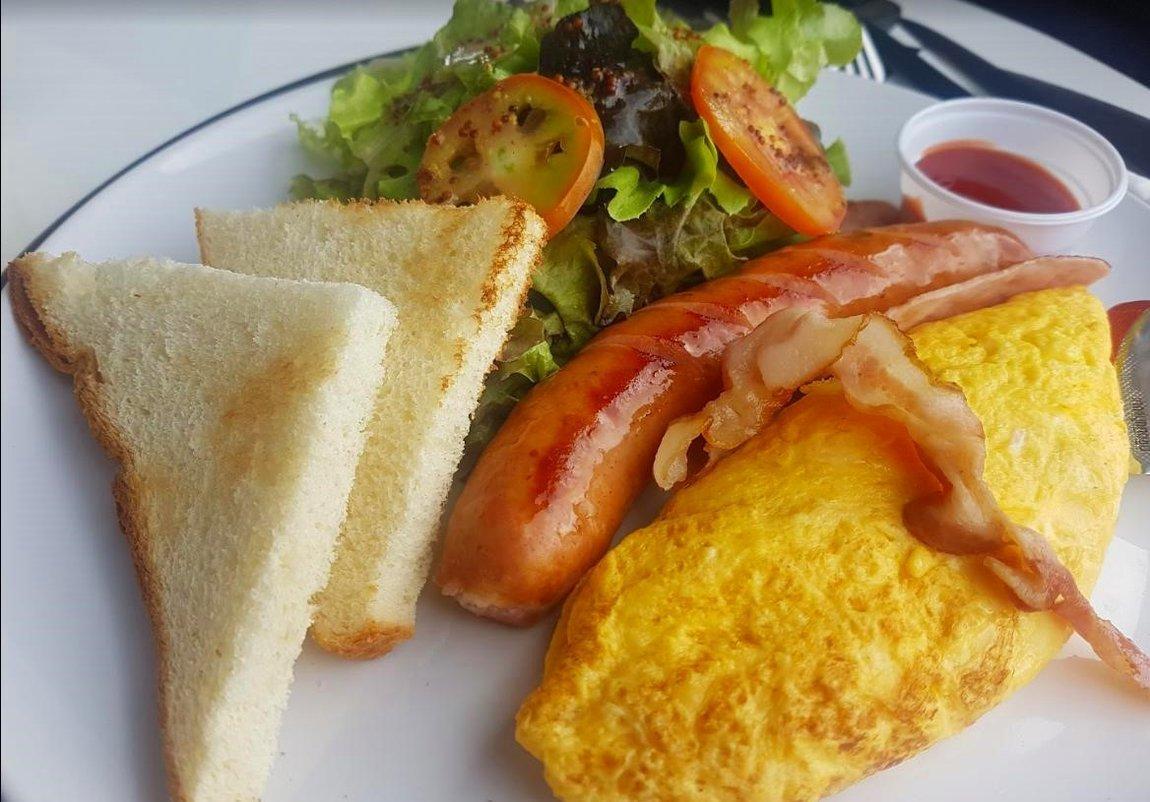 5-omelette-sausages-pino-latte-lom-sak.