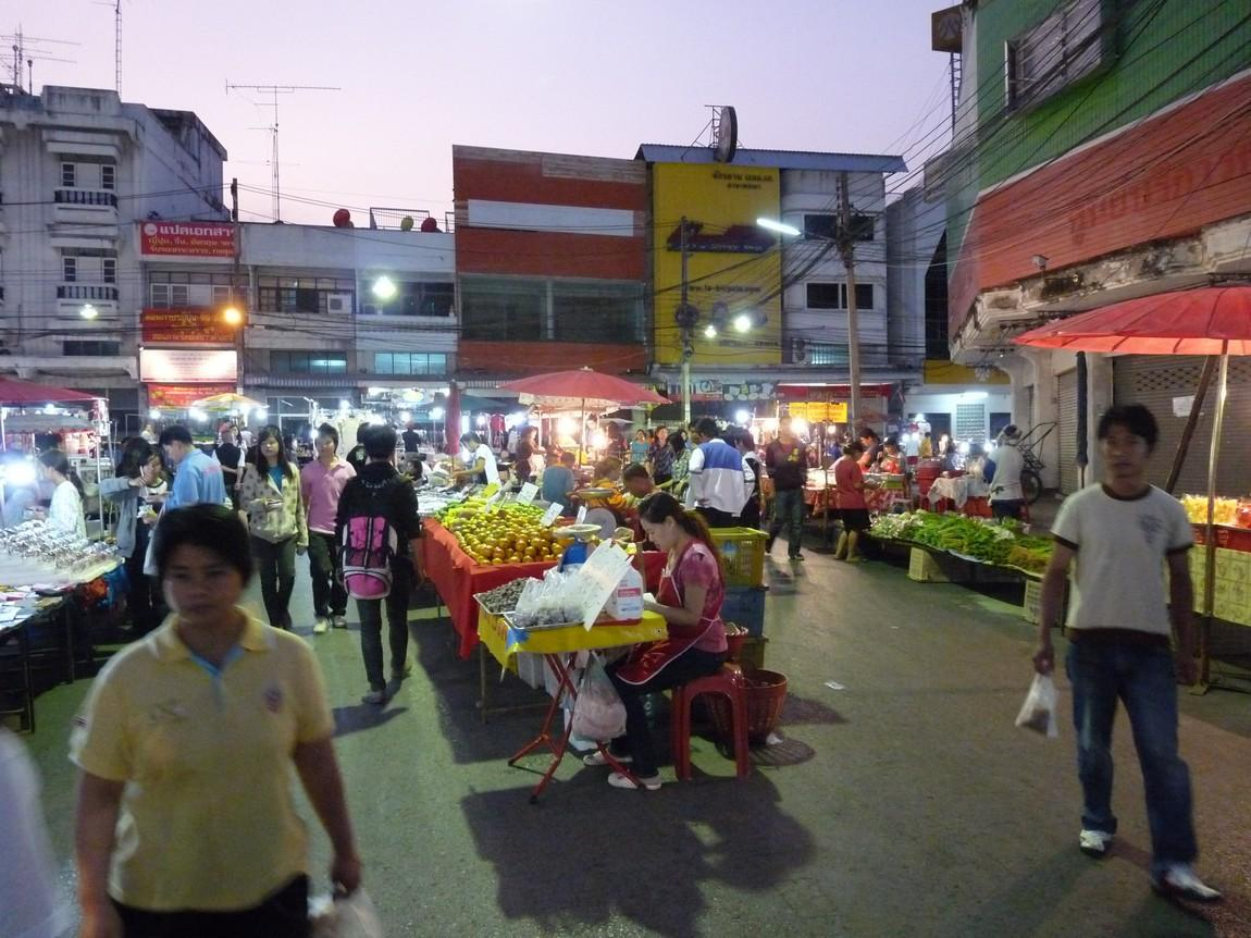 6-fruit-stalls-phayao-night-market.JPG