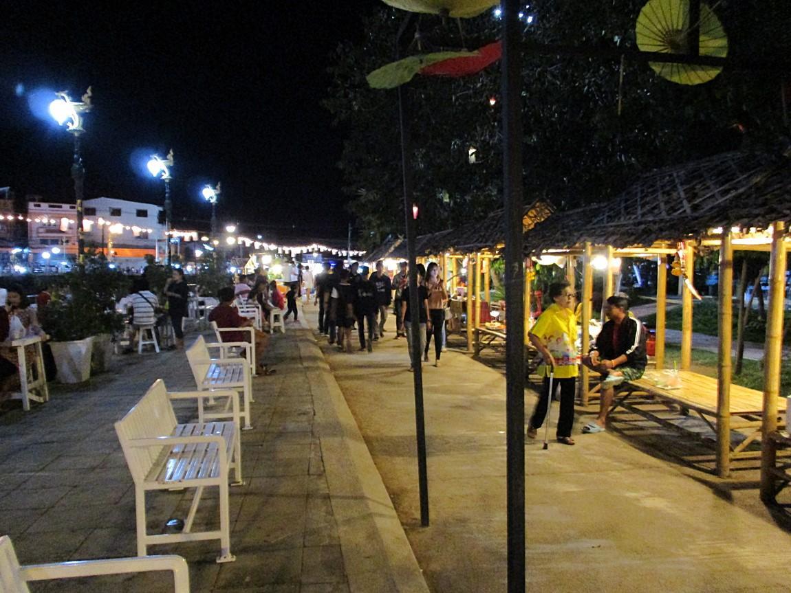 6-street-food-lom-sak-night-market.