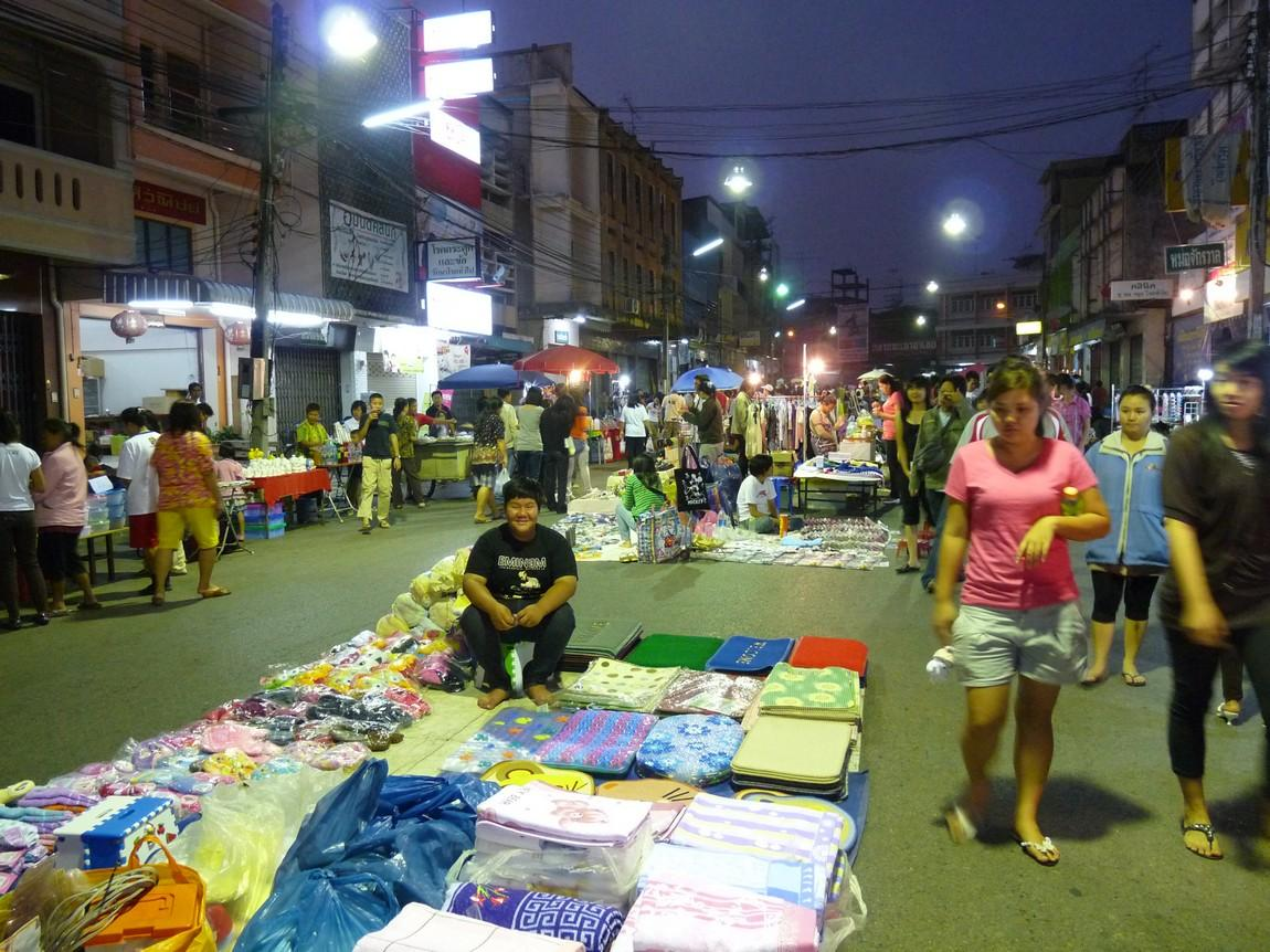 7-clothing-stalls-phayao-night-market.JPG