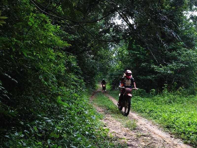 dirt-bike-tours-cambodia-trail-to-polpot-house.