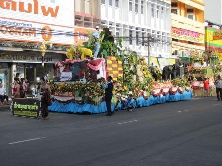fedfloat1.jpg /Surin...The Elephant Festival pix/N.E. Thailand Motorcycle Trip Report Forums/  - Image by: