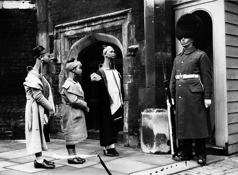 Giraffe women visit London, 1935 (1).