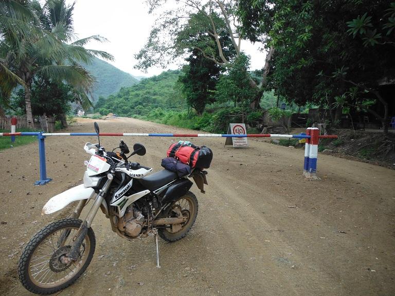 Laos-Xam Neua-Muang et-Motorcycle (22).JPG