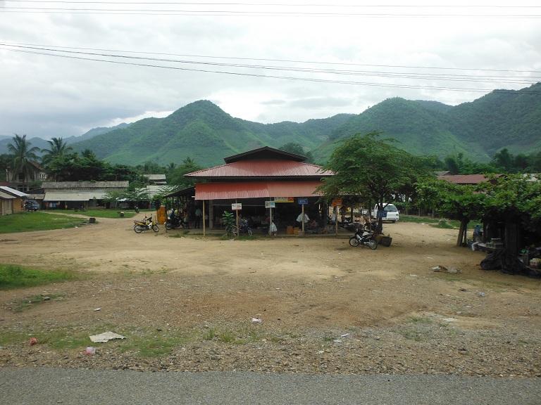 Laos-Xam Neua-Muang et-Motorcycle (27).JPG