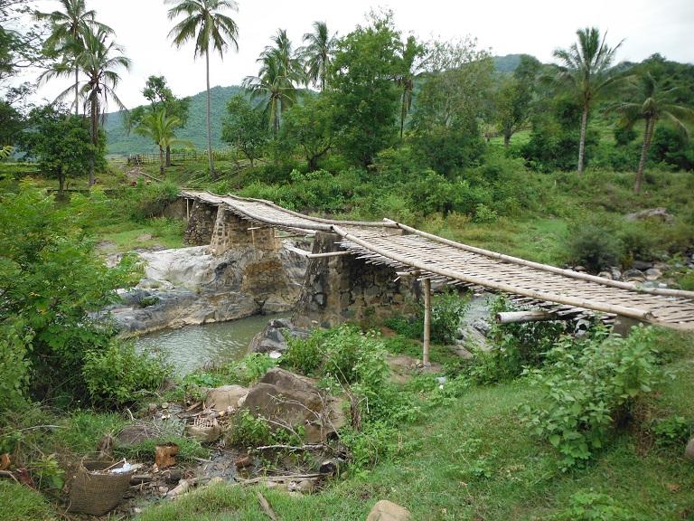 Laos-Xam Neua-Muang et-Motorcycle (59).JPG