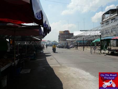 NahkonSawanRiverMarketRoad.jpg