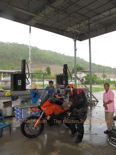 nan-petrol-station-rain-stop-001.