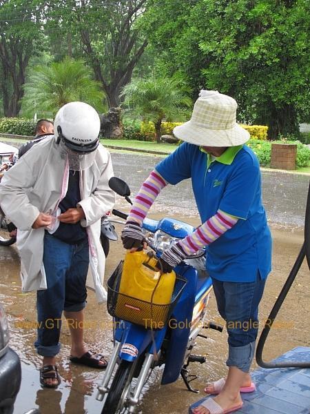 nan-petrol-station-rain-stop-002.