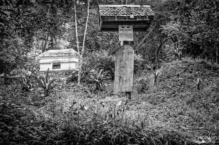 NK7_2803-Modifier.jpg /Revisiting Henri Mouhot's shrine, near Luang Prabang/Laos Road  Trip Reports/  - Image by: